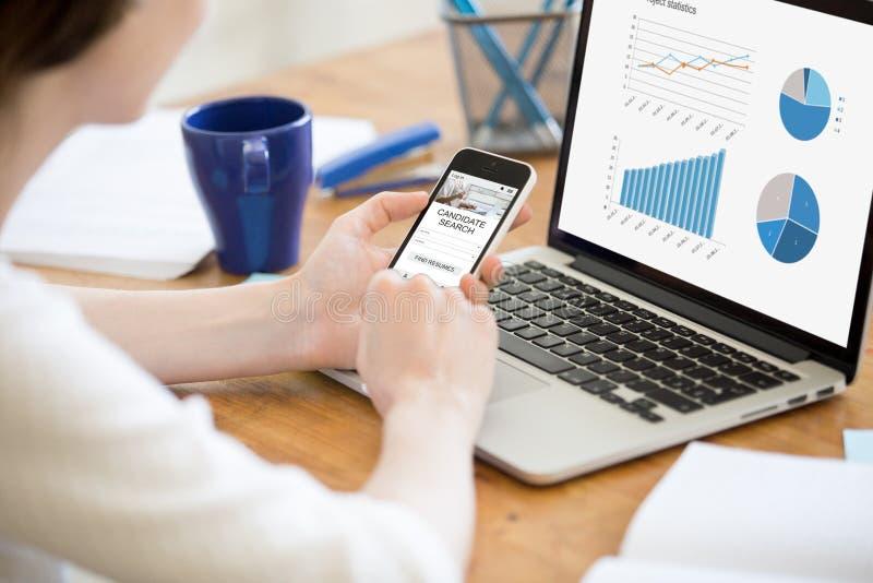 Geschäftsfrau, die Telefon verwendet, um neuen Job-Bewerber zu finden lizenzfreies stockfoto