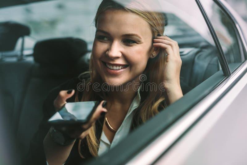 Geschäftsfrau, die Telefonanruf im Fahrerhaus macht lizenzfreie stockfotografie