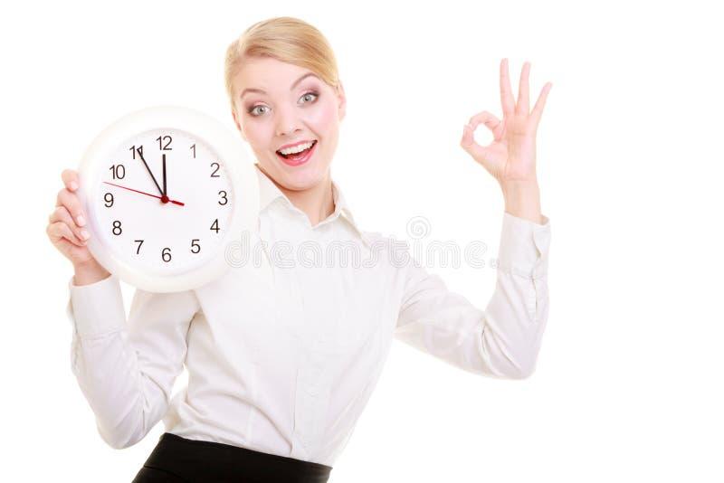 Geschäftsfrau, die Uhr und O.K. zeigt. Zeit. lizenzfreies stockfoto