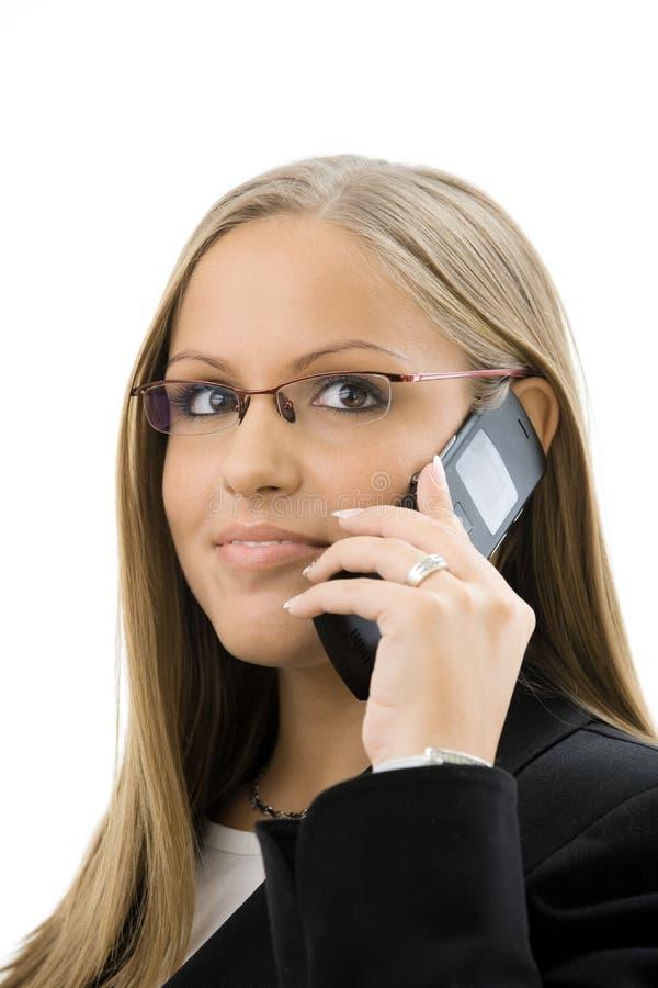 Geschäftsfrau, die um Handy ersucht lizenzfreie stockfotos