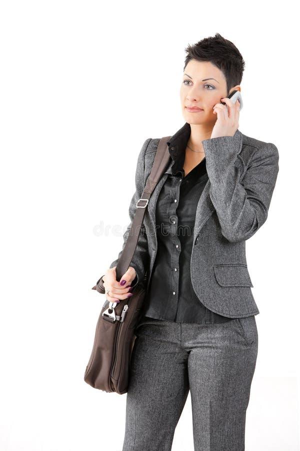 Geschäftsfrau, die um Mobile ersucht lizenzfreie stockbilder