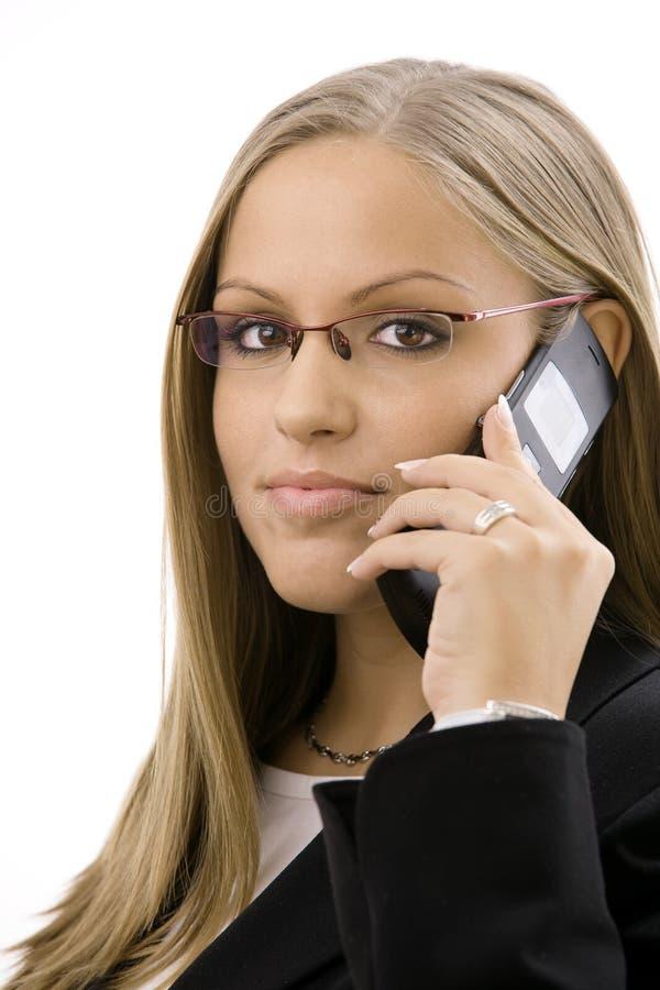 Geschäftsfrau, die um Mobile ersucht lizenzfreie stockfotografie