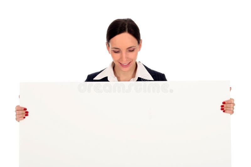 Geschäftsfrau, die unbelegtes Plakat anhält stockfoto
