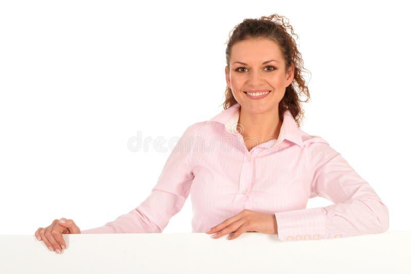 Geschäftsfrau, die unbelegtes Plakat anhält stockfotografie