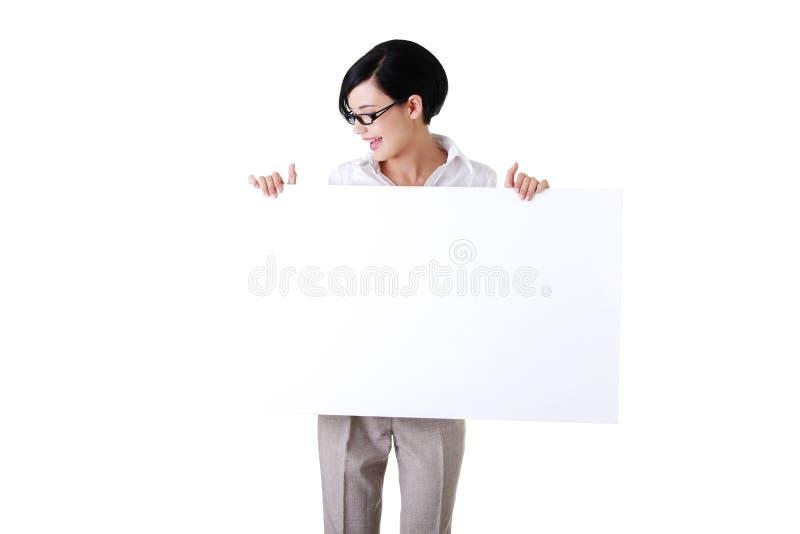 Download Geschäftsfrau, Die Unbelegtes Schild Zeigt Stockfoto - Bild von schön, gesicht: 27729628