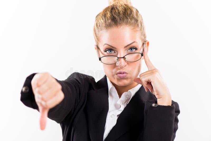 Geschäftsfrau, die unten Daumen zeigt lizenzfreies stockbild