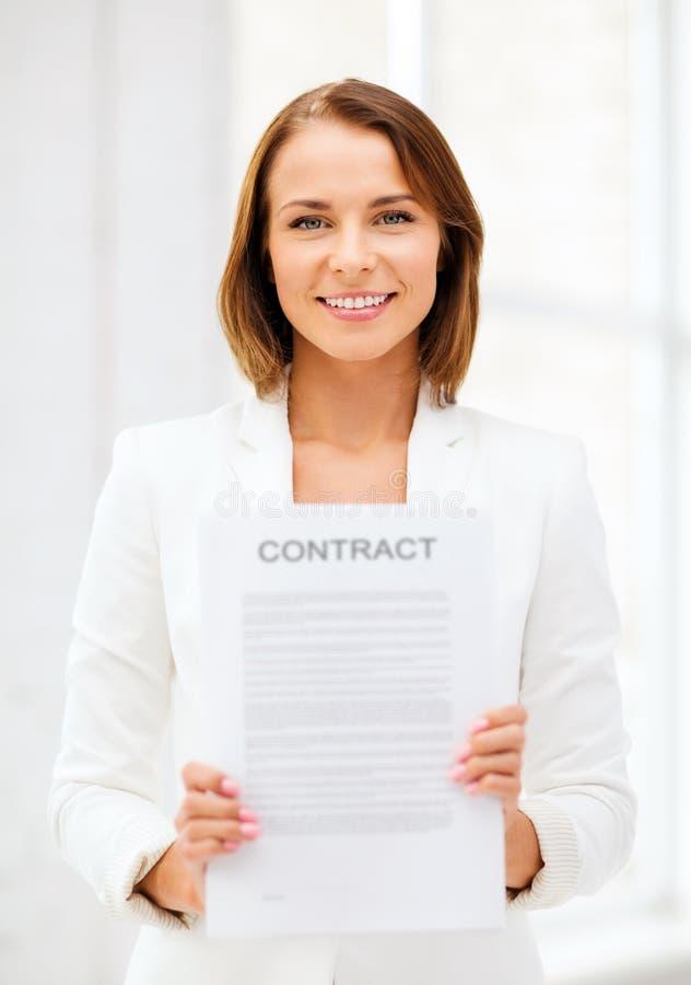 Geschäftsfrau, die Vertrag hält lizenzfreie stockfotografie