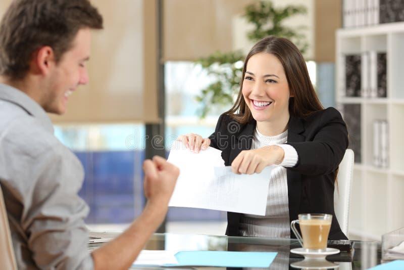 Geschäftsfrau, die Vertrag mit einem Kunden bricht lizenzfreies stockfoto