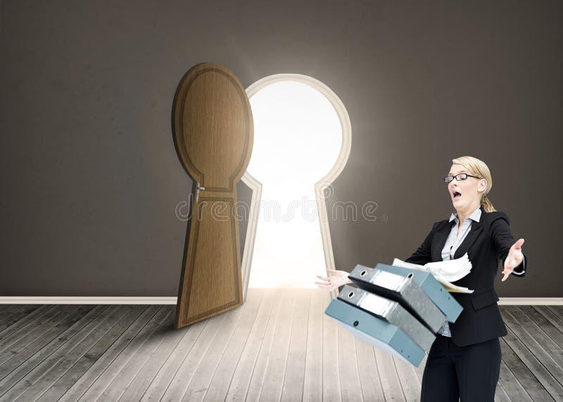 Geschäftsfrau, die viele Ordner fallenläßt stockfotografie