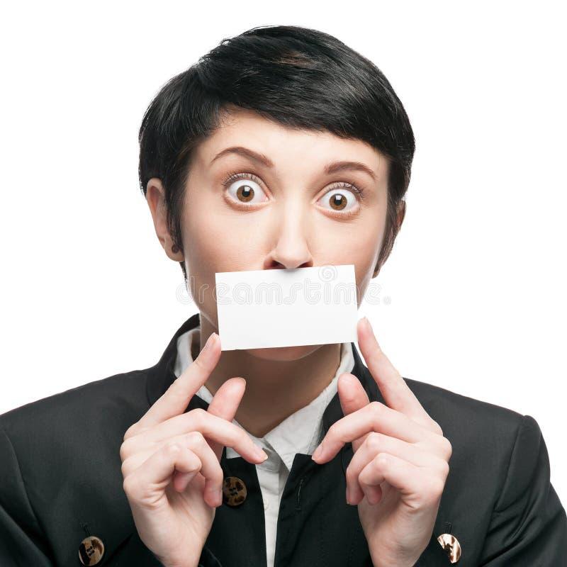Geschäftsfrau, die Visitenkarte hält lizenzfreies stockfoto