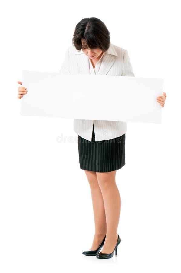 Geschäftsfrau, die weißes Plakat hält lizenzfreie stockfotos