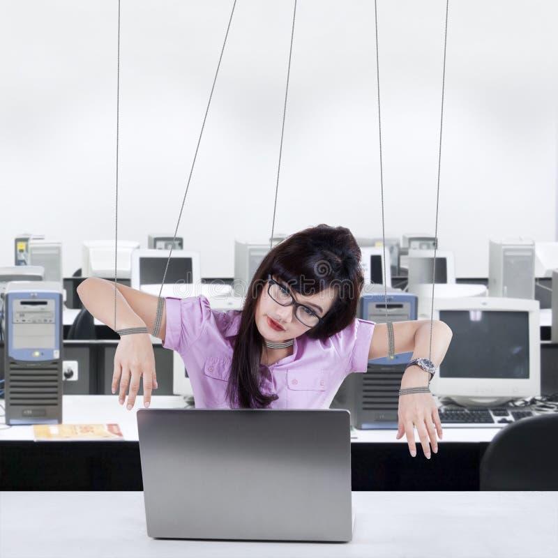 Geschäftsfrau, die wie ein Sklave arbeitet lizenzfreie stockbilder