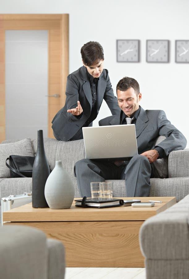 Geschäftsfrau, die zum Geschäftsmann explaning ist lizenzfreie stockfotos