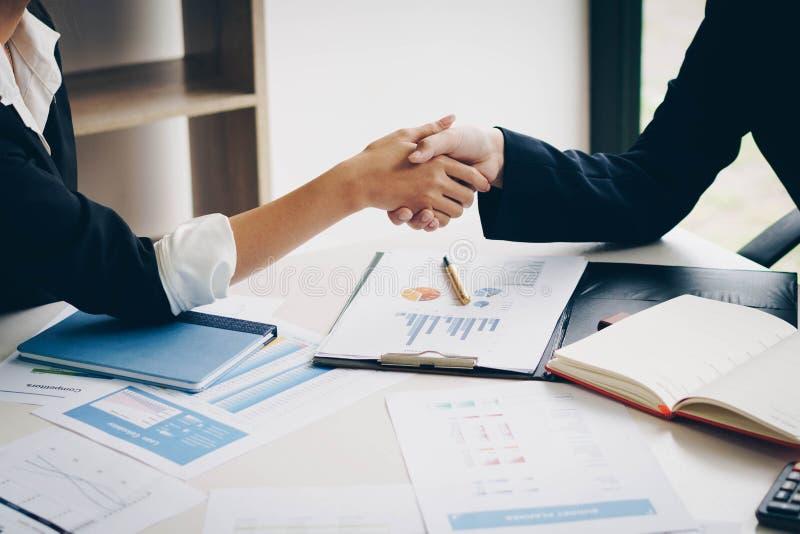 Geschäftsfrau, die zusammen Hand für eine komplette Geschäftsvereinbarung rüttelt lizenzfreies stockbild