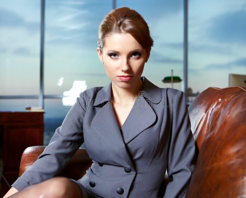 Geschäftsfrau in einem Büro lizenzfreie stockbilder
