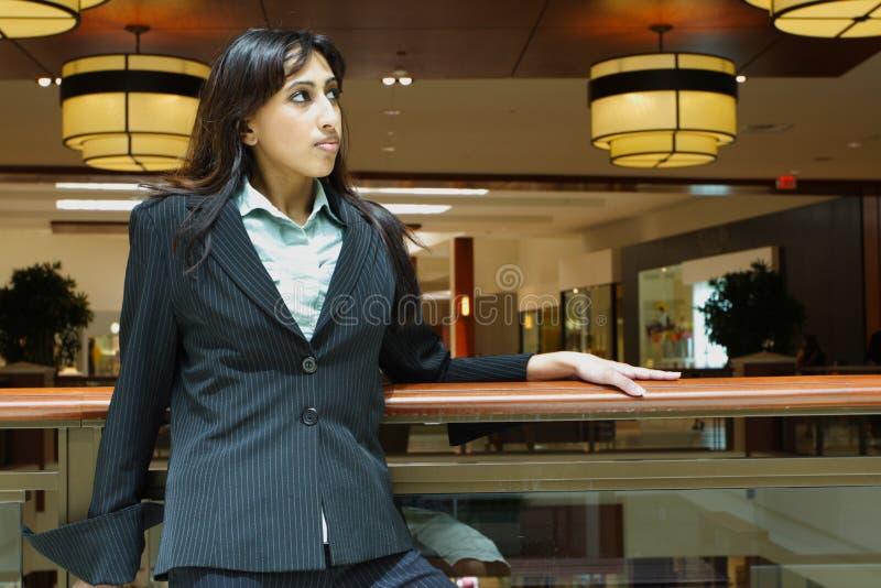 Geschäftsfrau in einem Mall lizenzfreie stockfotos