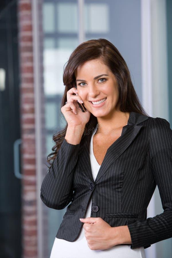 Geschäftsfrau in einem modernen Büro lizenzfreie stockfotos