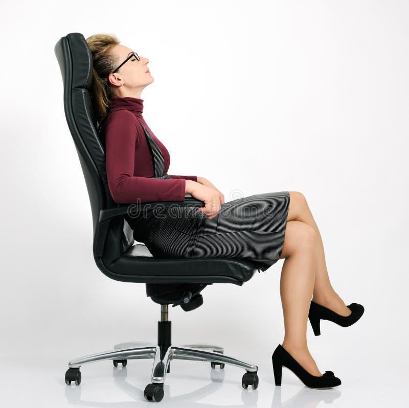 Geschäftsfrau entspannen innen sich lizenzfreie stockbilder
