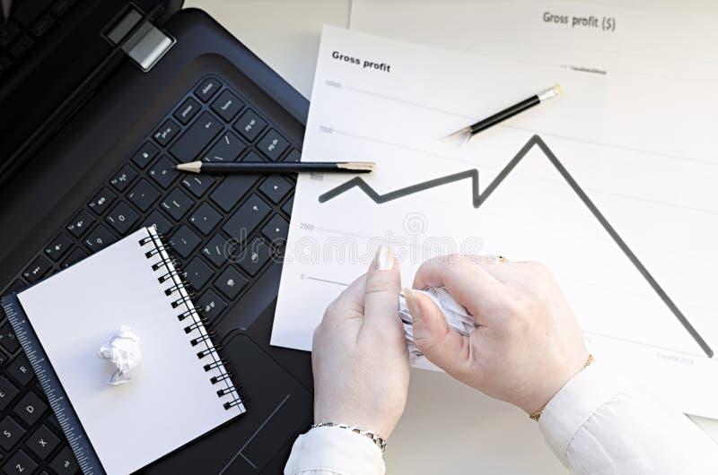 Geschäftsfrau erfährt viel Druck bei der Arbeit stockfoto