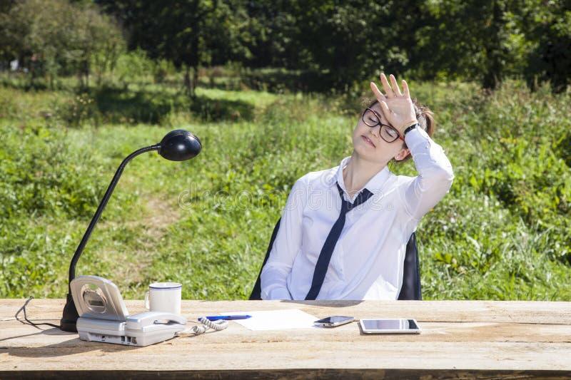 Geschäftsfrau ermüdet von draußen arbeiten stockbilder