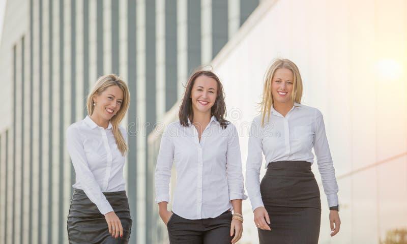 Geschäftsfrau-Gehen lizenzfreie stockfotografie