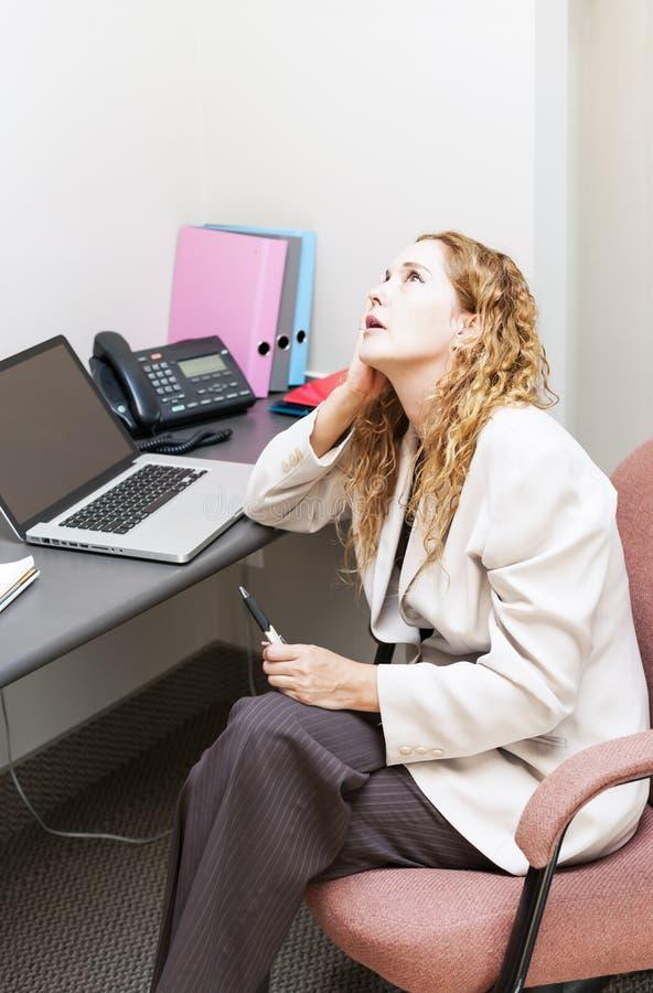 Geschäftsfrau gesorgt am Schreibtisch lizenzfreies stockfoto