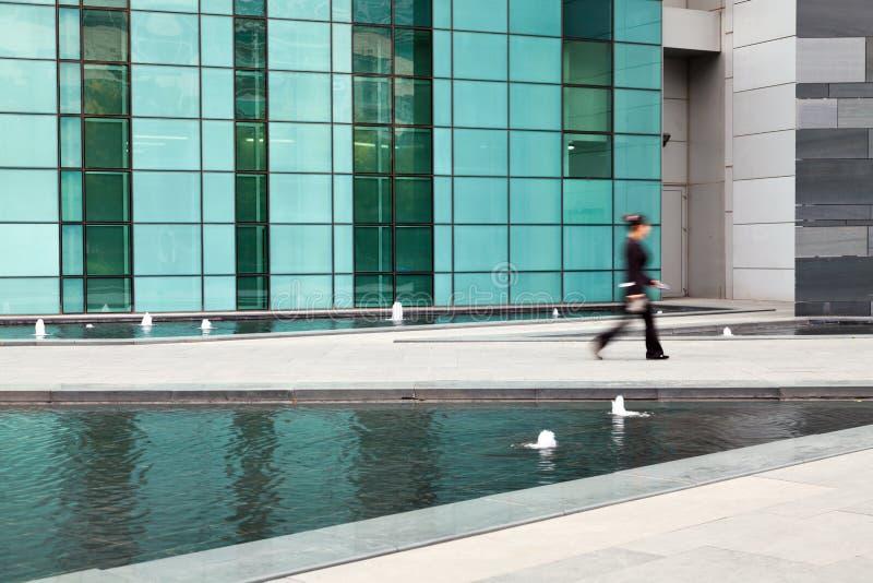 Geschäftsfrau ging außerhalb des Bürohauses lizenzfreies stockfoto