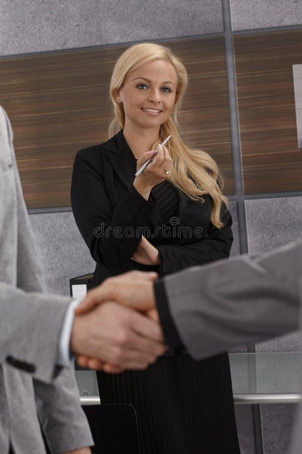 Geschäftsfrau glücklich für Vereinbarung stockfotos