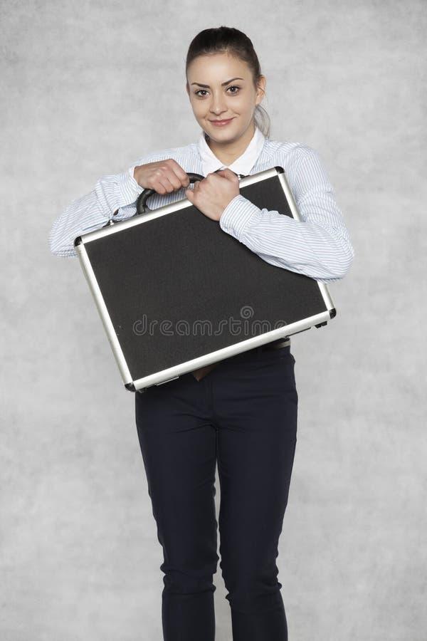 Geschäftsfrau hält einen Koffer mit vertraulichen Daten lizenzfreie stockbilder