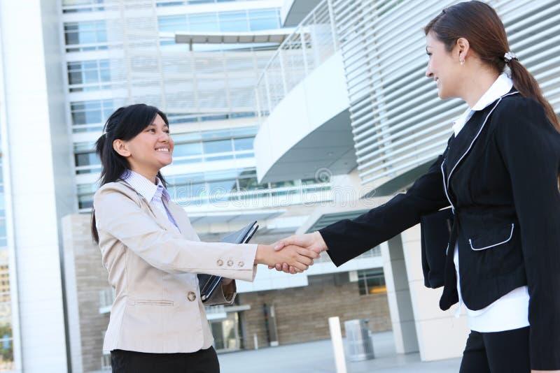 Geschäftsfrau-Händedruck stockbild