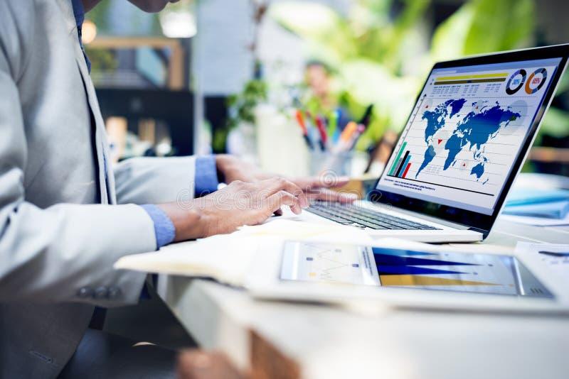 Geschäftsfrau-Handstudien-Berichts-Konzept stockfotos