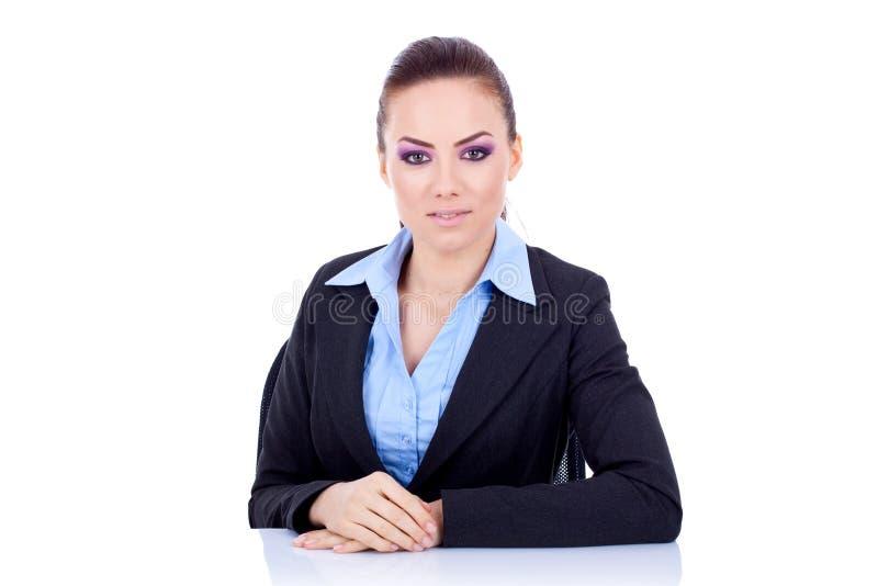 Geschäftsfrau hinter dem Schreibtisch lizenzfreie stockbilder