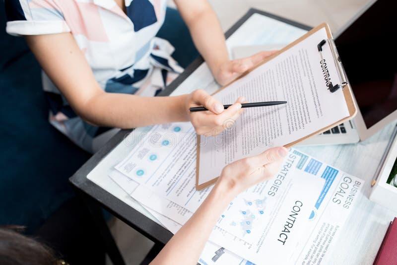 Geschäftsfrau Holding Contract Closeup lizenzfreies stockbild
