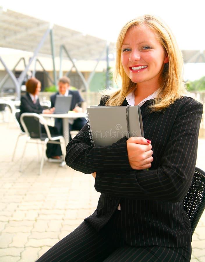 Geschäftsfrau-Holding-Faltblatt lizenzfreie stockbilder