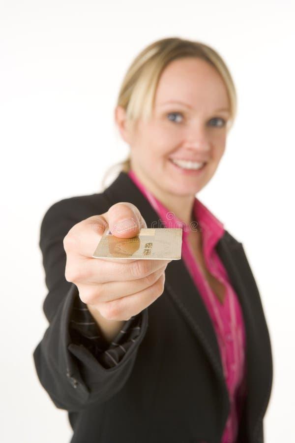 Geschäftsfrau-Holding-GoldKreditkarte stockfotos