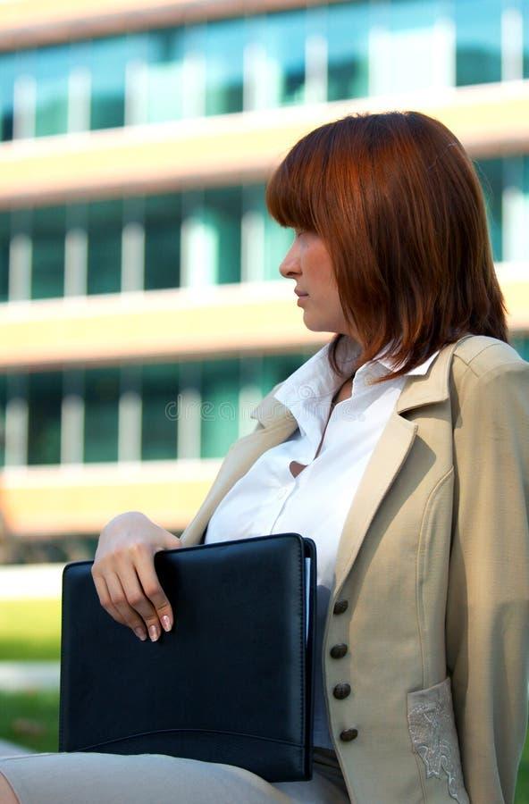 Geschäftsfrau-Holding-Notizbuch lizenzfreie stockfotos