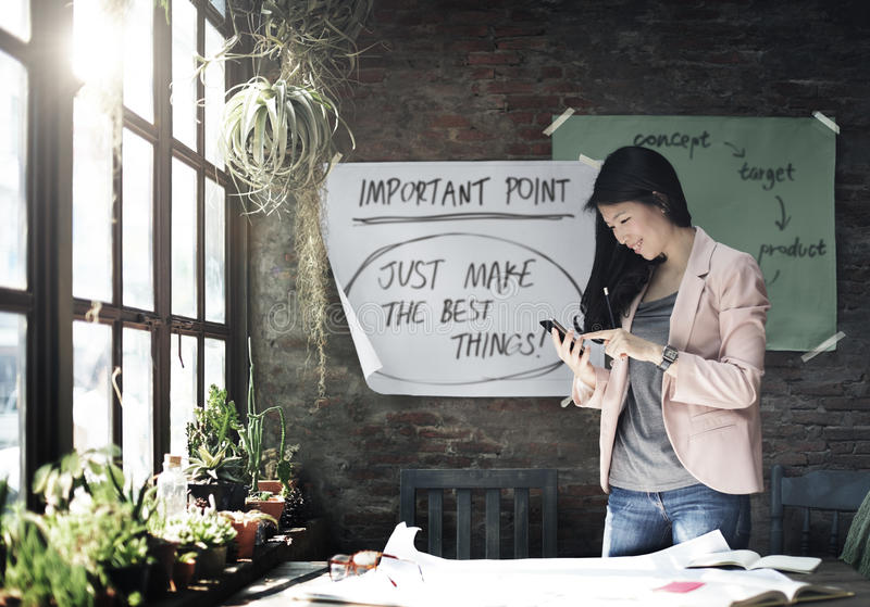 Geschäftsfrau-Holding Using Smart-Telefon-Arbeitskonzept lizenzfreie stockfotos