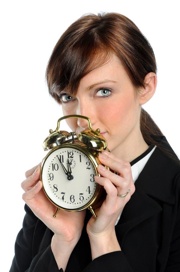 Geschäftsfrau Holfing Alarmuhr lizenzfreie stockbilder