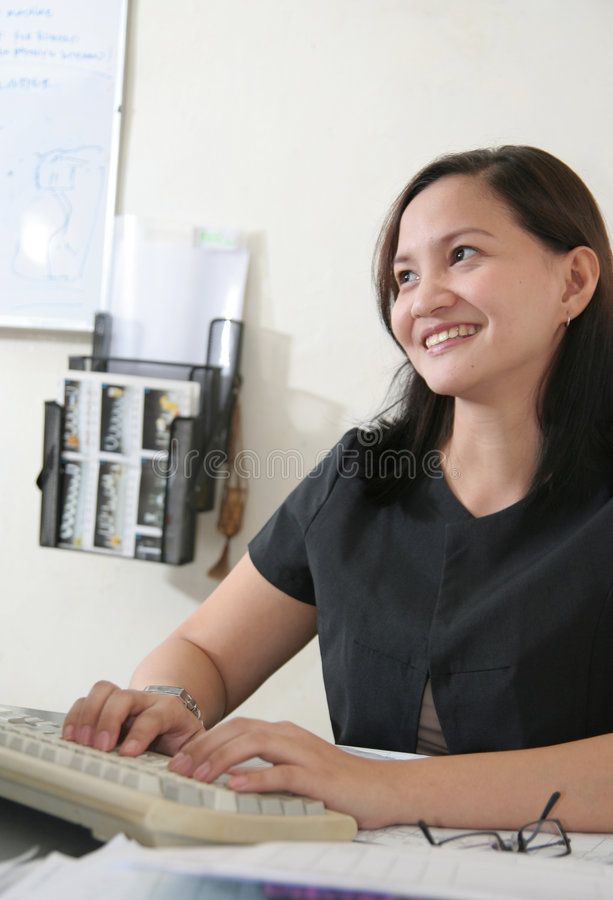 Geschäftsfrau in ihrem Büro lizenzfreies stockbild