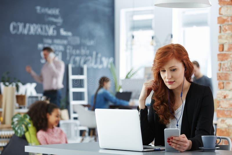 Geschäftsfrau im Büro stockfotos