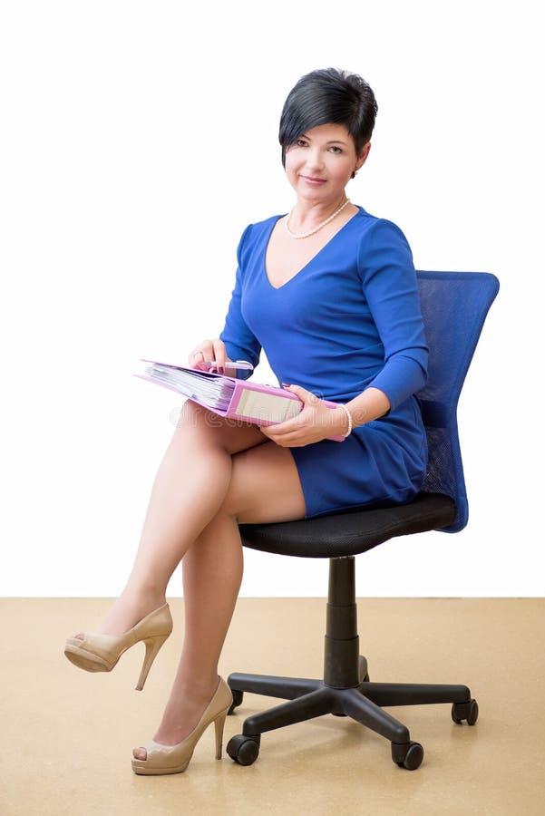 Geschäftsfrau im Büro mit Papier lizenzfreies stockbild