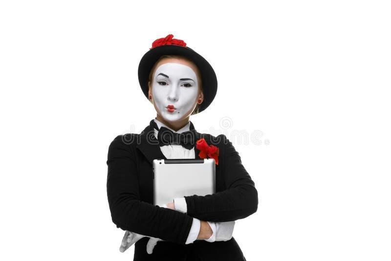 Geschäftsfrau im Bildpantomimen, der Tablet-PC hält lizenzfreie stockbilder
