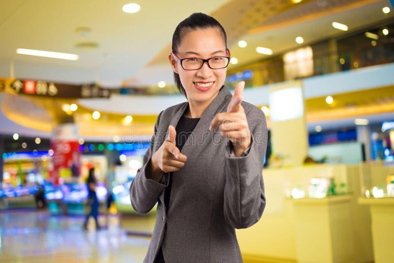 Geschäftsfrau im Einkaufszentrum lizenzfreie stockbilder