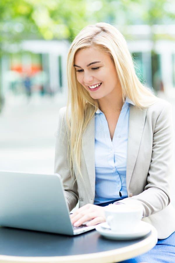 Geschäftsfrau am im Freienkaffee stockfoto