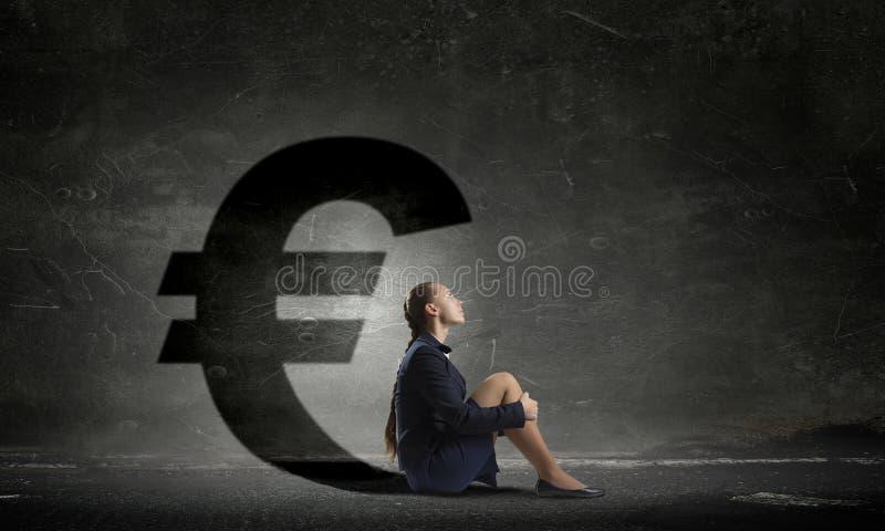 Geschäftsfrau im leeren Raum Gemischte Medien lizenzfreies stockbild