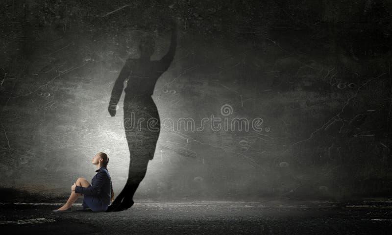 Geschäftsfrau im leeren Raum Gemischte Medien stockbilder