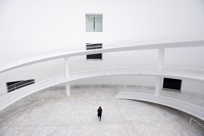 Geschäftsfrau im modernen Gebäude stockfoto