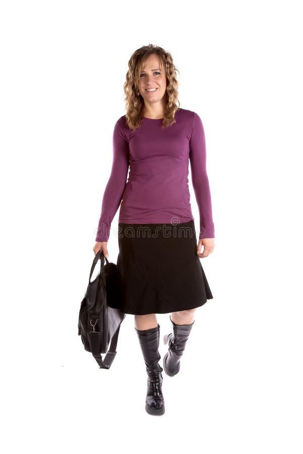 Geschäftsfrau im purpurroten Gehen lizenzfreie stockfotografie