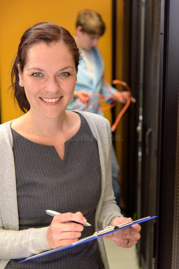 Geschäftsfrau im Serverraum lizenzfreie stockfotografie