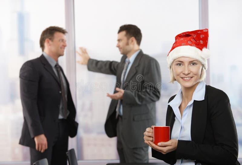Geschäftsfrau im Weihnachtsmann-Hut lizenzfreie stockbilder